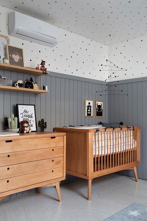 Quarto de bebê cinza e branco decorado com berço de madeira Foto Studio Roca