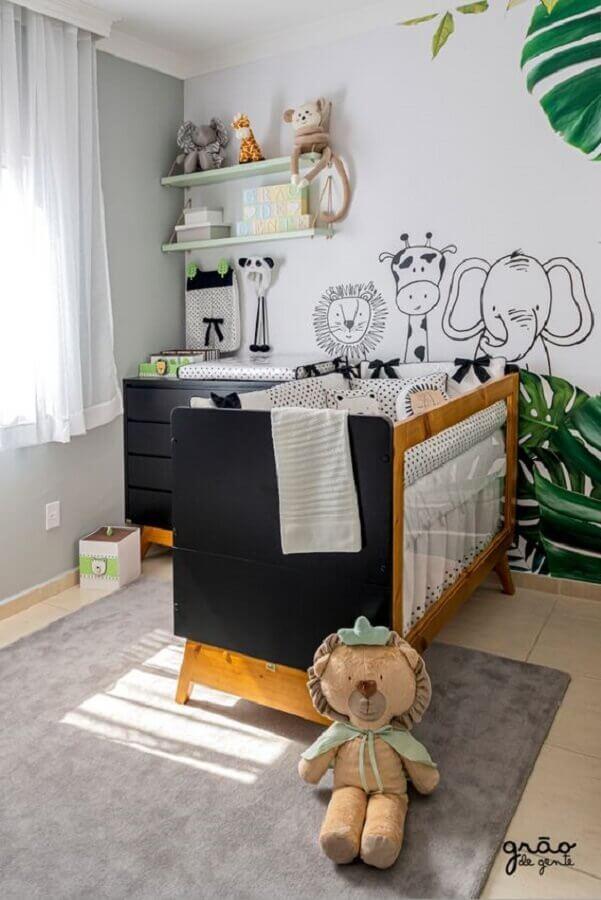 Quarto de bebê safari decorado com berço de madeira e tapete cinza Foto Grão de Gente