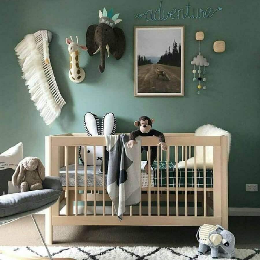 Quarto de bebê verde decorado com berço de madeira simples Foto Ally Batties