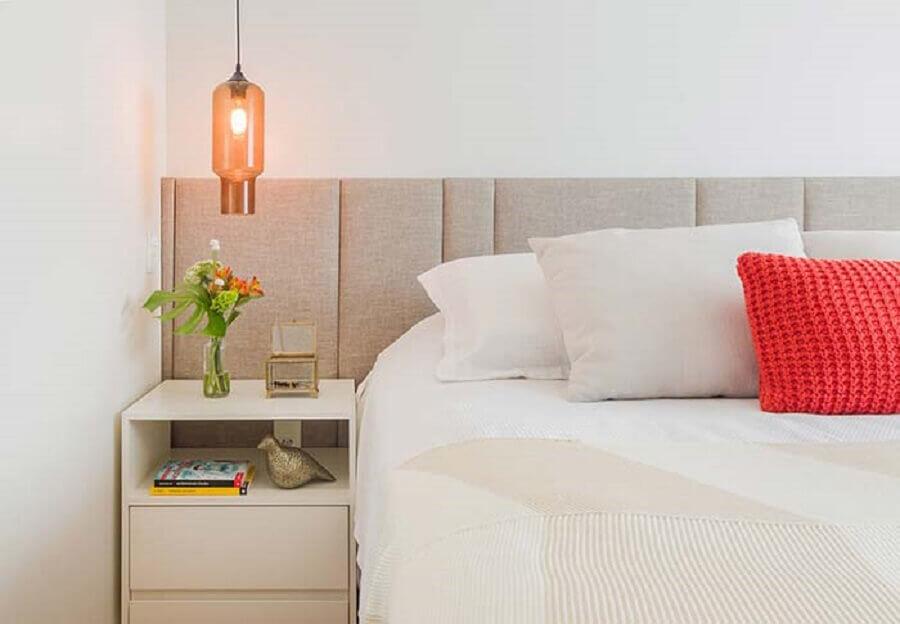 Quarto de casal branco decorado com luminária pendente e cabeceira de cama box estofada Foto Duda Senna