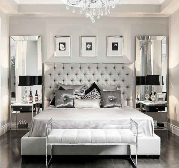 Cama de casal com decoração cor prata