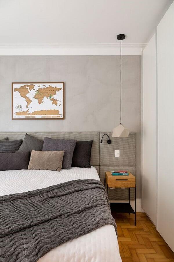 Quarto de casal decorado com parede de cimento queimado e cabeceira para cama box estofada Foto Marina La Gatta Design de Interiores
