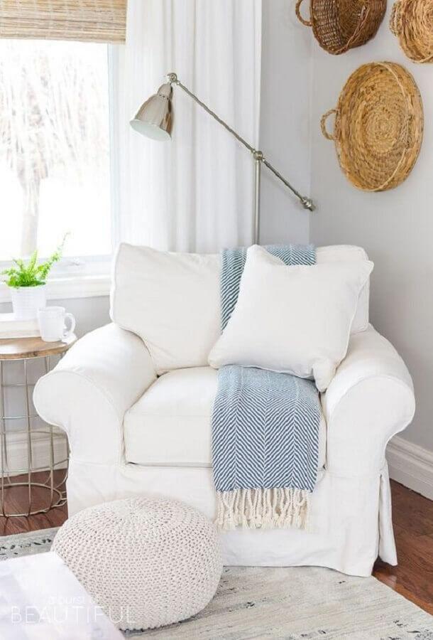 Quarto decorado com poltrona branca e puff redondo de crochê Foto Greta Sliumba