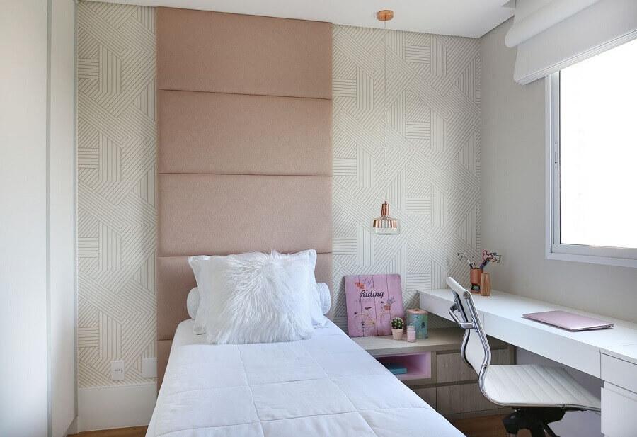 Quarto feminino pequeno decorado com papel de parede delicado e cabeceira almofadada rosa ate o teto Foto Belluzzo Martinhao
