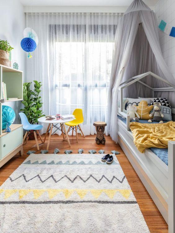 Quarto infantil com mesa eiffel e cadeira colorida