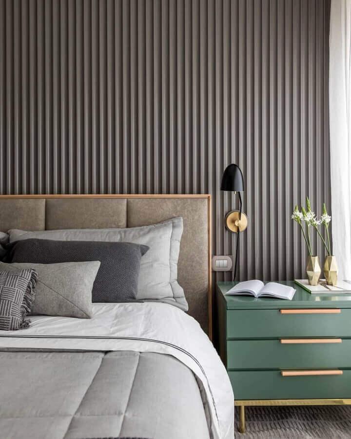 Quarto moderno decorado com parede ripada cinza e cabeceira almofadada casal Foto Triplex Arquitetura