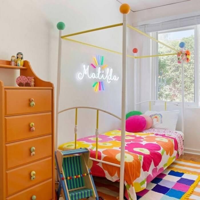 Quarto neon infantil com detalhes coloridos. Fonte: Electric Confetti