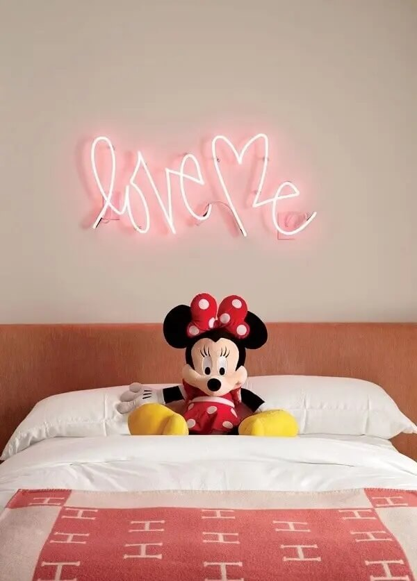 Quarto neon romântico com letreiro luminoso. Fonte: Home is