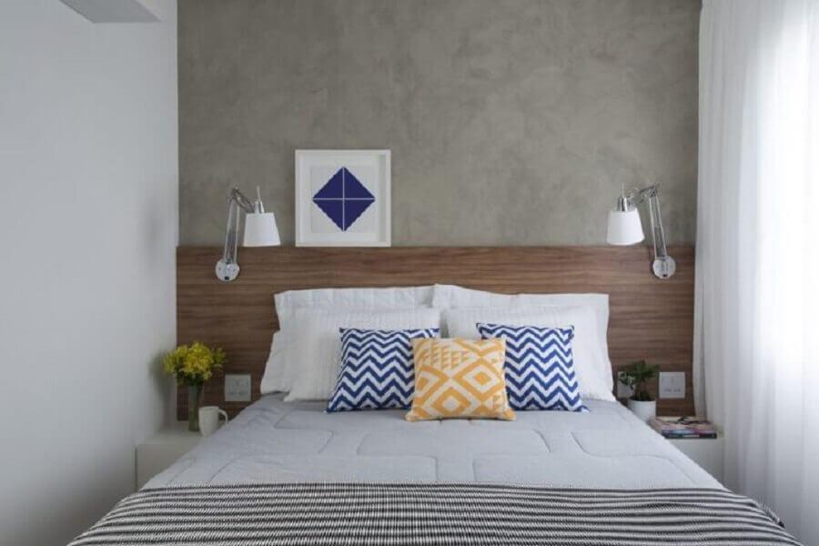 Quarto pequeno decorado com parede de cimento queimado e cabeceira de camas box casal de madeira Foto SP Estúdio
