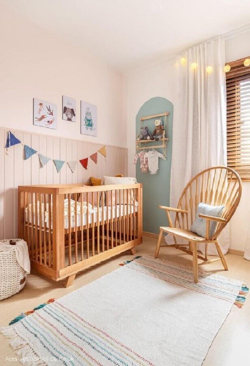quarto simples decorado com varal de bandeirinhas e berço de bebe de madeira Foto Etsy