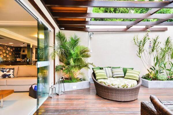 Quintal decorado com plantas e chaise área externa