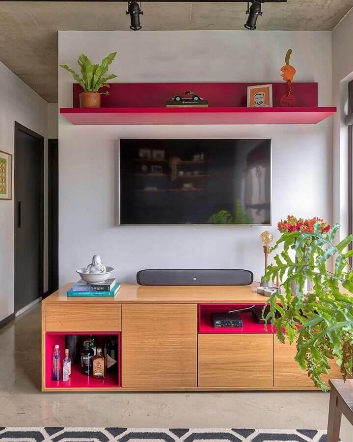 Rack de madeira para decoração de sala pequena com plantas Foto Mandril Arquitetura