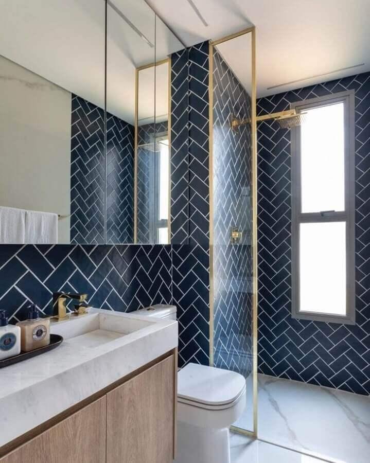 Revestimento azul marinho para banheiro bonito decorado com detalhes em dourado Foto Sala 2 Arquitetura