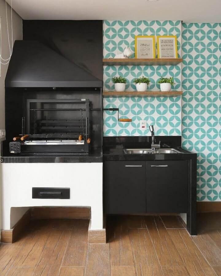 Revestimento cor ciano e branco para decoração de varanda gourmet com churrasqueira preta Foto GF Projetos