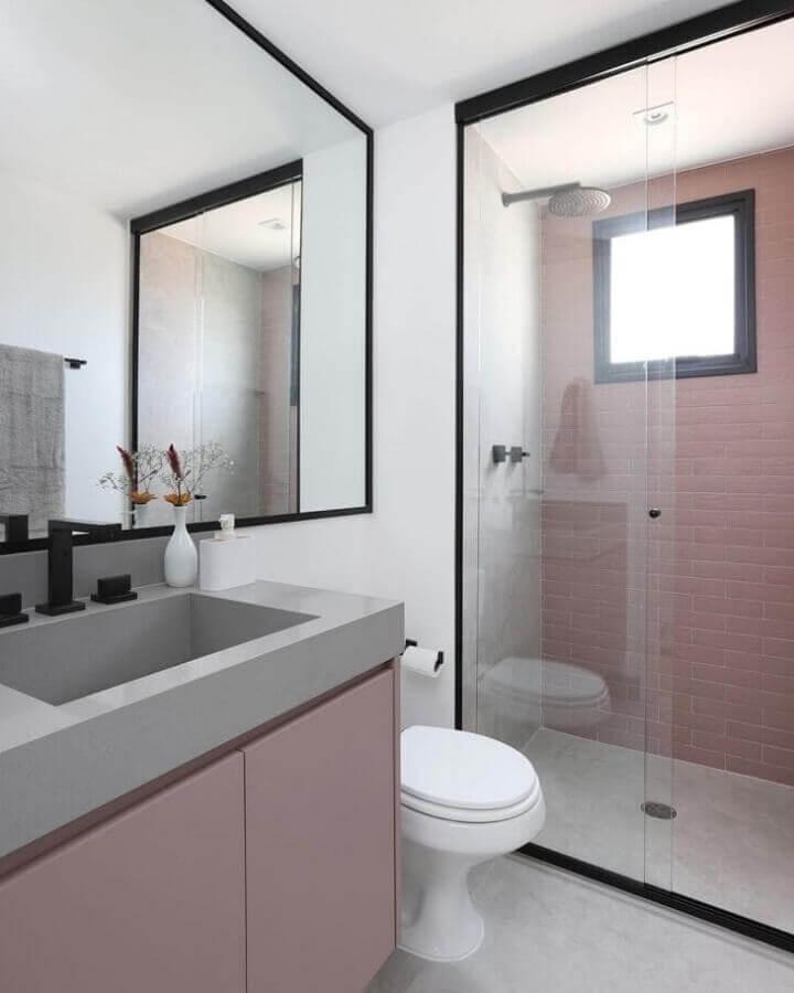 Revestimento rosa claro para banheiro bonito decorado com metais pretos Foto Studio 92 Arquitetura