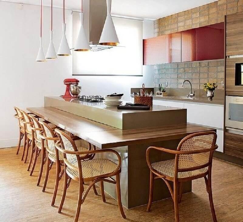 Revestimento rustico para decoração de cozinha planejada com ilha e bancada de madeira Foto Houzz