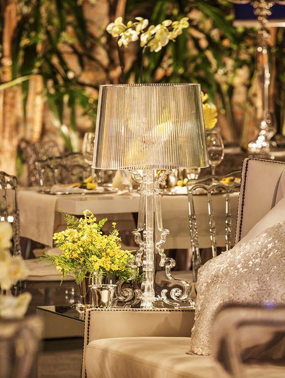 Sala clássica com abajur cor prata
