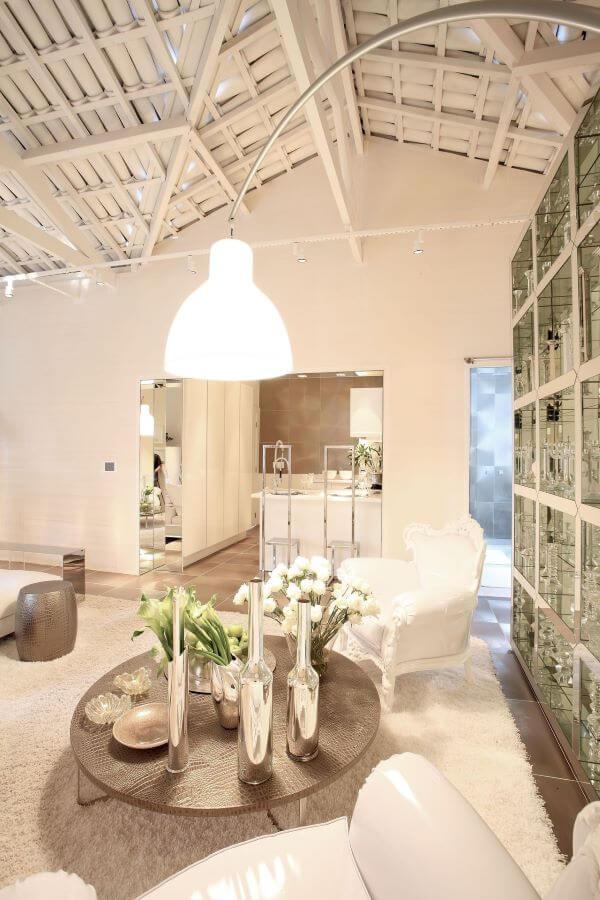 Sala clássica e luxuosa com enfeites na cor prata