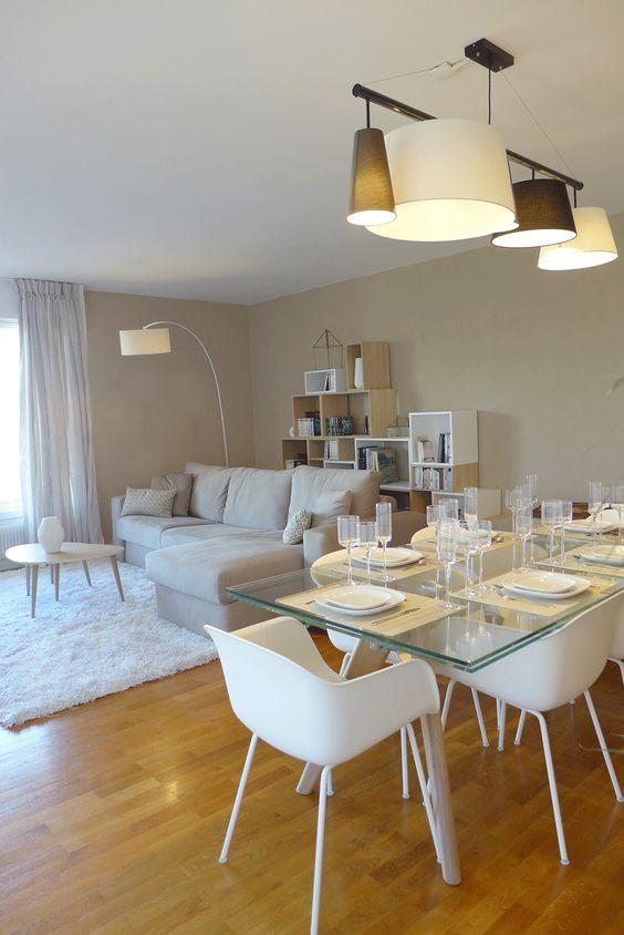 Sala com mesa eiffel de vidro e cadeira branca