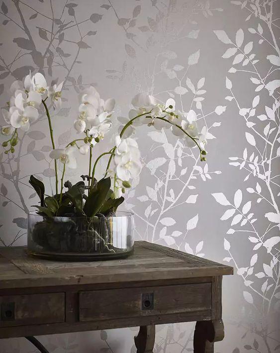 Sala com papel de parede cor prata