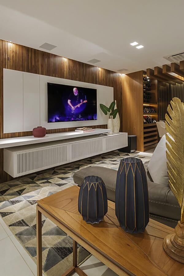 Sala com vaso de plantas no rack