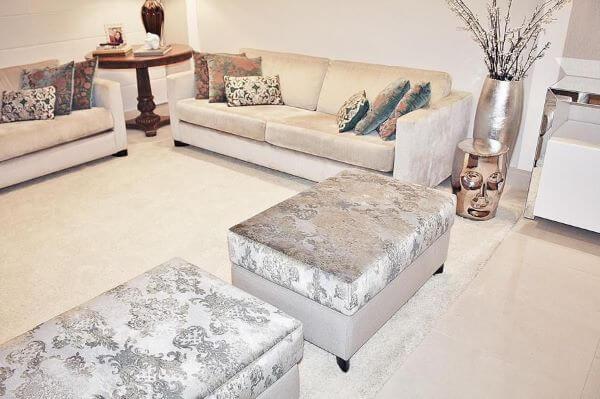 Sala de estar com puff cor prata e vasos prata brilhante