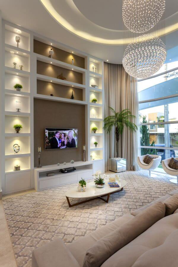 Sala de estar decorada com vasos de flores e plantas