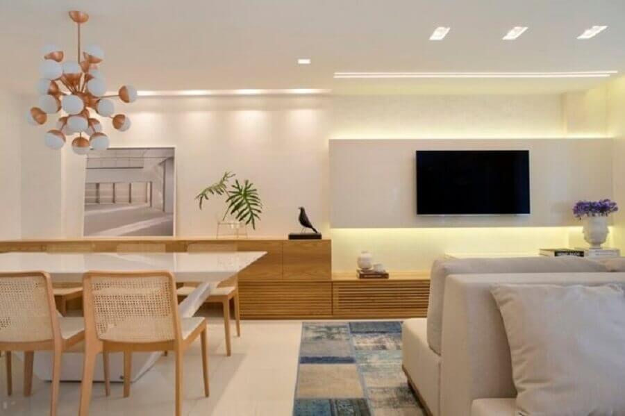Sala de estar e jantar integradas modernas decoradas em cores claras com cadeira de palha e tapete cinza e azul mesclado Foto Leila Dionizios Arquitetura