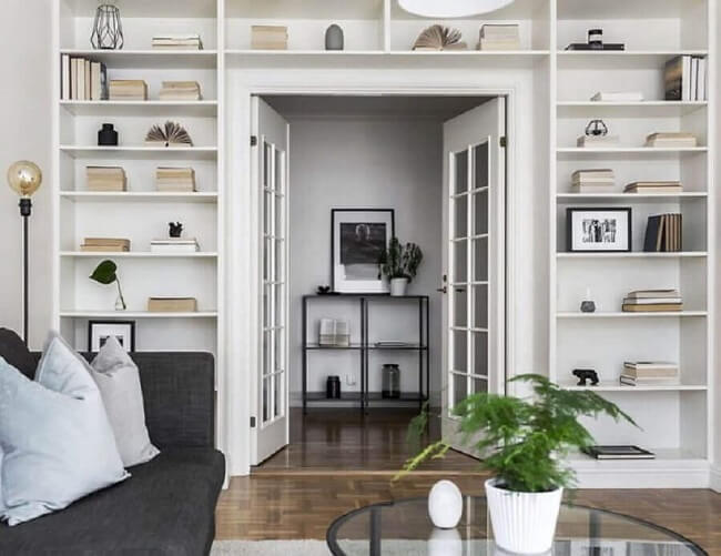 Sala de estar planejada com porta francesa de vidro. Fonte: Scandinavian Homes