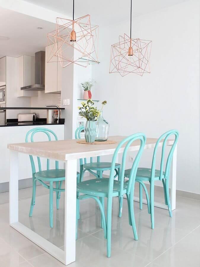 Sala de jantar branca decorada com cadeira cor ciano e luminária aramada Foto Homde Decor Ideas