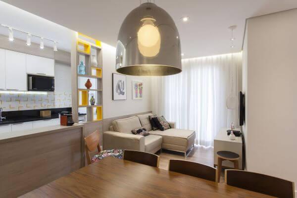 Sala de jantar com lustre pendente cor prata