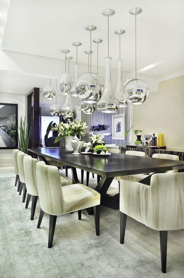 Sala de jantar com lustres na cor prata
