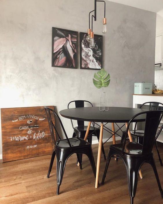 Sala de jantar com mesa eiffel e cadeira de ferro