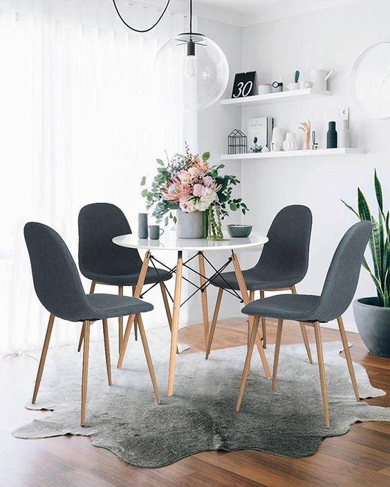 Sala de jantar com mesa eiffel pequena e cadeiras cinza