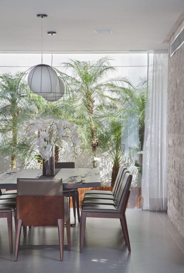 Sala de jantar com vaso de flor com orquídea