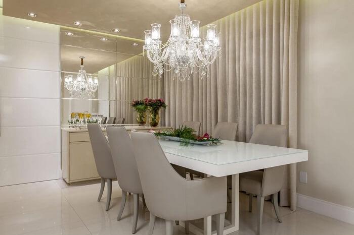 Sala de jantar de apartamento de luxo com cadeiras de couro. Fonte: Vanja Maia