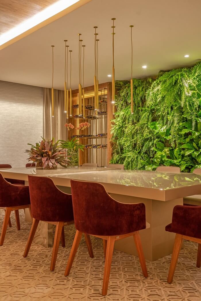 Sala de jantar de apartamento de luxo com jardim vertical. Fonte: Janaina Ferreira Loft