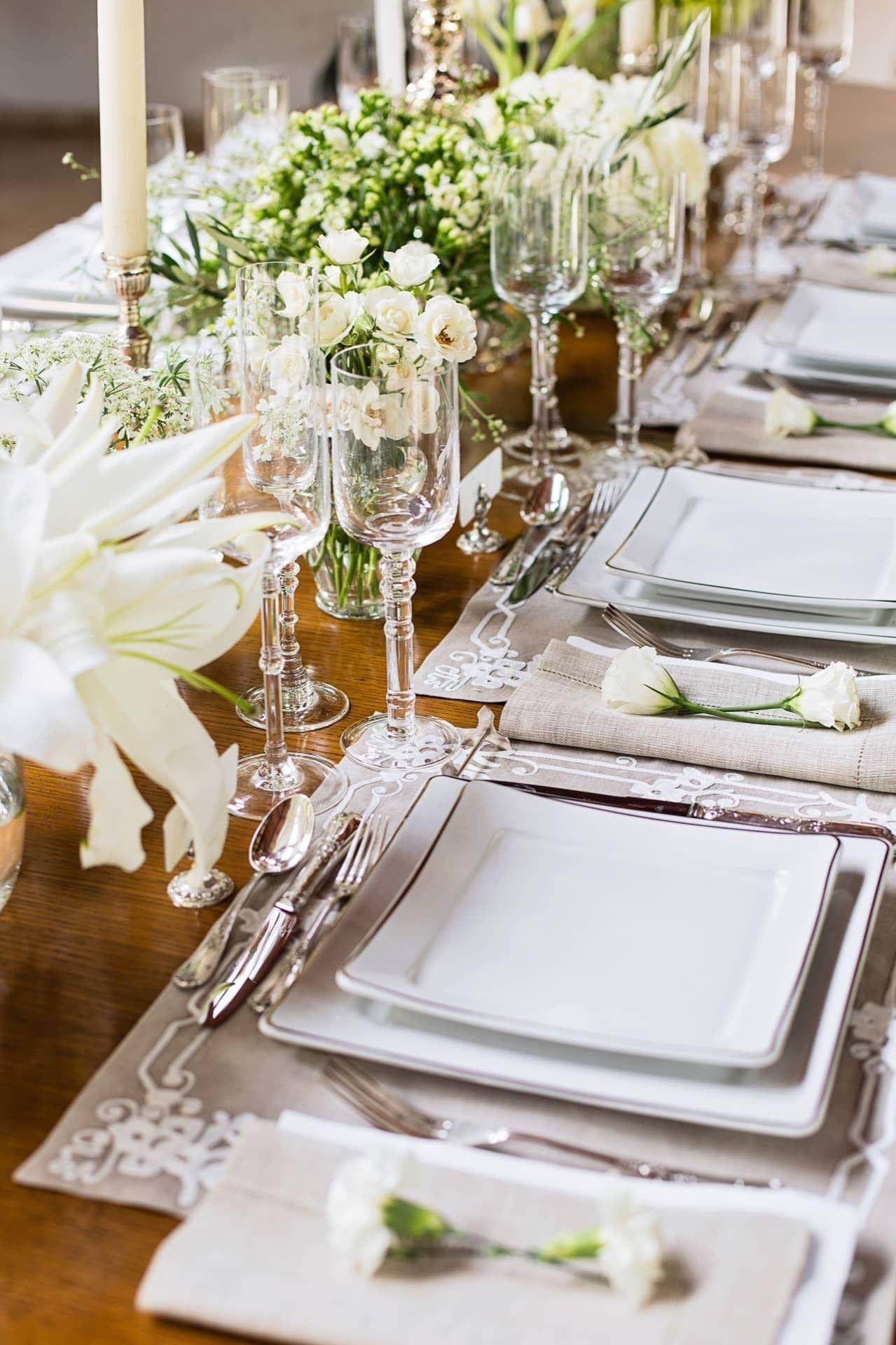 Sala de jantar de luxo com aparelho de jantar quadrado. Fonte: Casa de Valentina