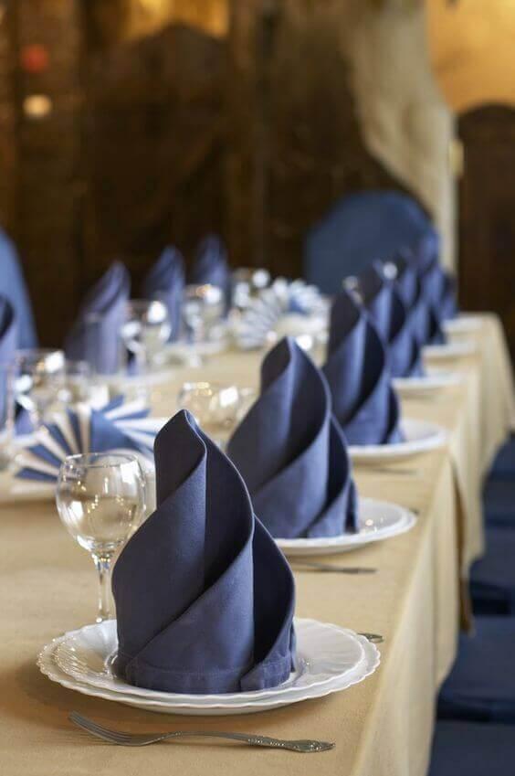 Sala de jantar de luxo com mesa decorada. Fonte: Relevo Guardanapos