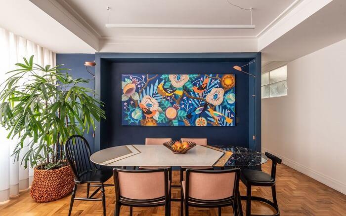 Sala de jantar de luxo moderna com mesa colorida. Fonte: Batistelli Arquitetura e Design