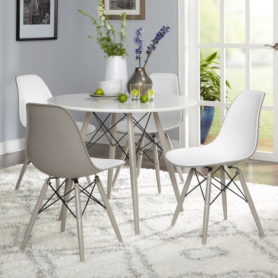 Sala de jantar decorada com mesa com cadeira eiffel na cor branca