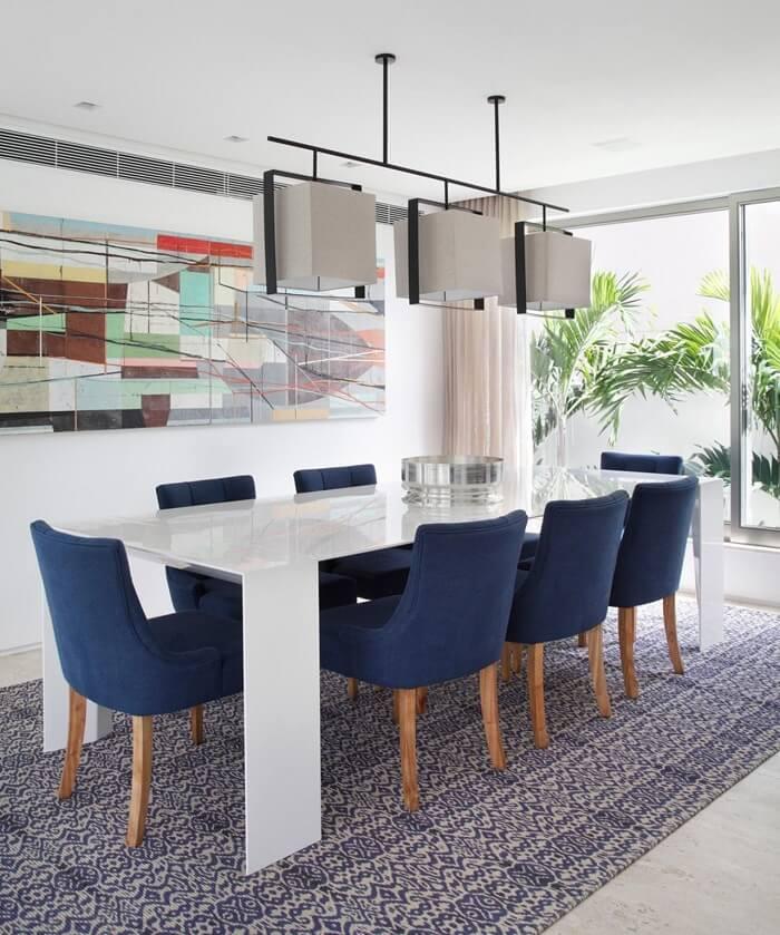 Sala de jantar grande de luxo com quadro colorido. Fonte: Paola Ribeiro