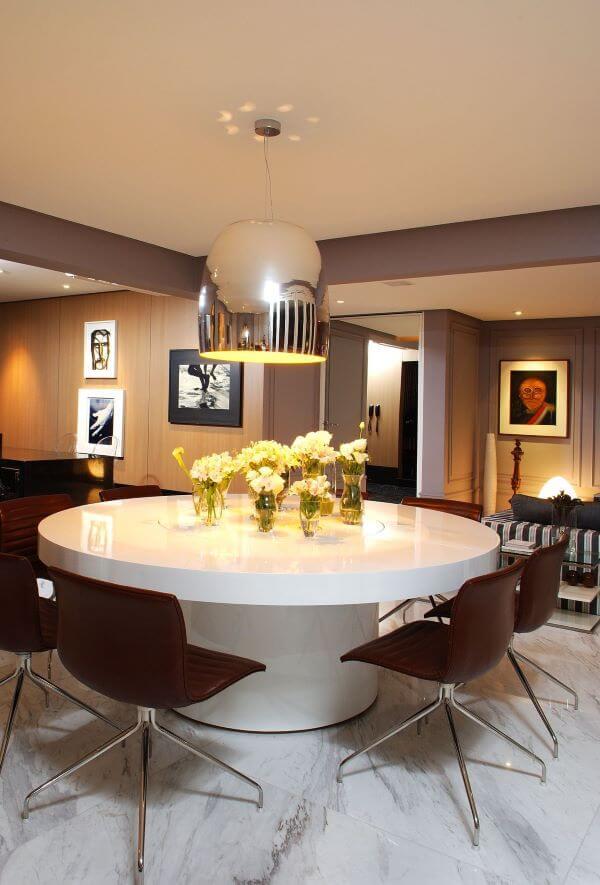 Sala de jantar moderna com lustre na cor prata brilhante