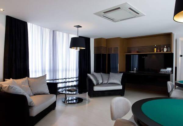 Sala de lazer com poltrona e almofadas na cor prata