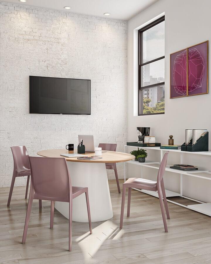 Sala de reunião decorada com mesa redonda Foto Tok&Stok