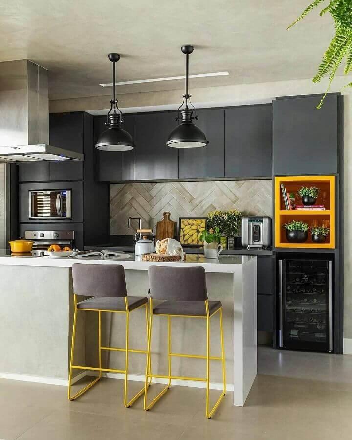 Sala e cozinha americana decoradas em tons de cinza com detalhes em amarelo Foto SP Estúdio