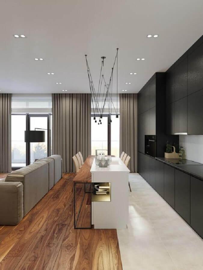 Sala e cozinha americana integradas decoradas com armários pretos e e ilha central Foto Futurist Architecture