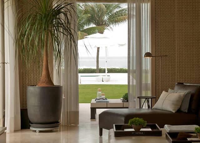 Sala integrada com o jardim decorada com chaise área externa longue