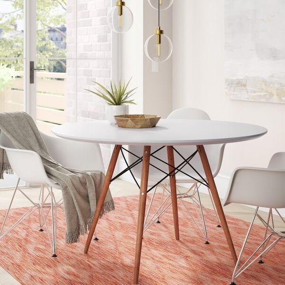 Sala pequena decorada com a mesa eiffel branca