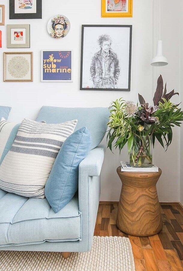 Sofá azul claro para decoração de sala com plantas e quadros na parede Foto Iná Arquitetura